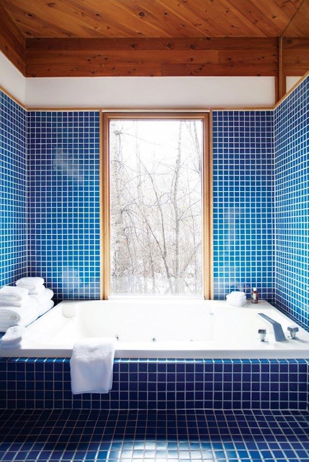 10 baos ideales con azulejos de color azul oscuro y