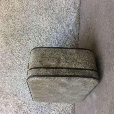 Ancienne valise en carton gris