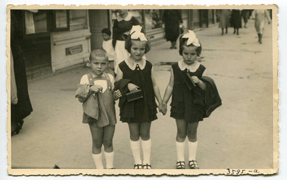 1950s vintage photo of kids going to school with lunchboxes
