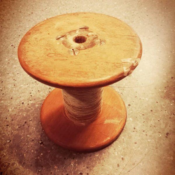 houten vintage klos, incluisief voltdraad