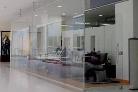 Remodelação de loja em centro comercial com alteração de vitrine para vidro laminado.