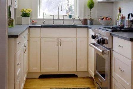 Remodelação de cozinha pequena com móveis inferiores brancos.