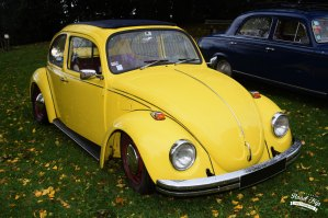 L'auto-rencard s'eAuto Rencard à Sathonay-Villagest déroulé le dimanche 3 novembre 2019 dans le parc de la mairie à Sathonay-Village. Il a lieu tous les premiers dimanche du mois. Ce dimanche le temps était mitigé quelques averses ont accompagné le début du rassemblement puis vers 10 h la pluie s'est arrêté. Malgré tout plusieurs voitures anciennes de toutes sortes avaient fait le déplacement pour ce rendez vous mensuel. Parmi les véhicules présents on pouvait découvrir Citroën C4 G Torpedo commerciale de 1932. Cette voiture est une deuxième main, elle est resté d'origine. Elle était à l'origine destiné pour les commerçants et les représentants. Son moteur 4 cylindres en ligne 1767 cm3 développe 32 cv. Nous retrouvons également Amandine et Nicolas, nouveaux propriétaires, d'une mini de 1986. A l'intérieur de salle des fêtes et en extérieur, nous trouvions des stands de pièces détachés et d'objet en rapport avec l'automobile. Le prochain auto-rencard se déroulera le dimanche 1er décembre. Plus d'informations sur le rassemblement Rendez-vous tous les 1ème dimanche du mois. Voitures de collection. de 9h à 13 h , 1 rue de la mairie Sathonay-Village.