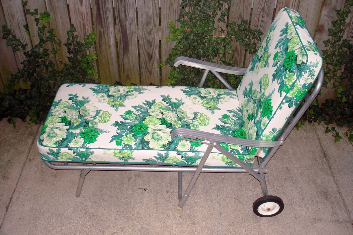 green lawn chairs large round for living room vintage aluminum patio chaise longue floral