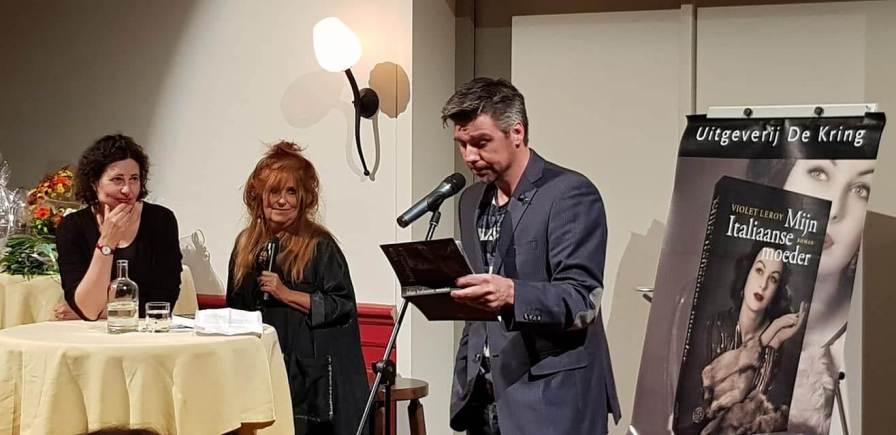 Martijn Adelmund draagt voor uit 'Mijn Italiaanse moeder'