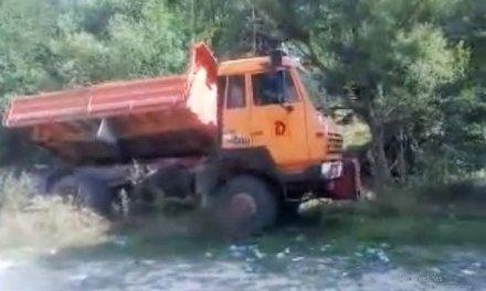 От читателите: Камион изсипа смет в река над Велинград
