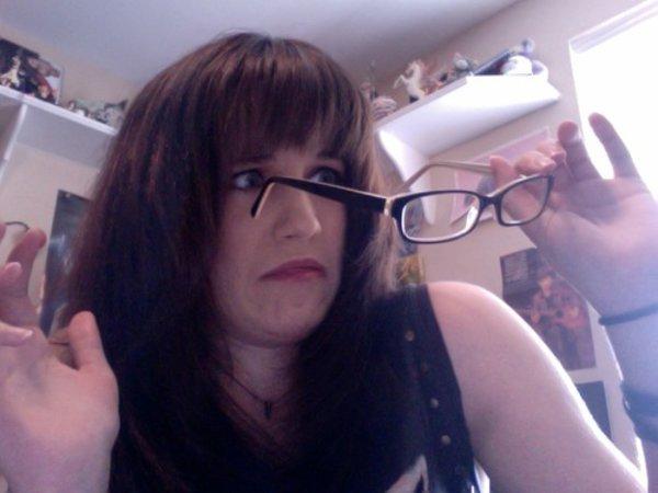 1秒擺出深藏不露的高手氣勢,你所需的只是一副動漫中的反白光眼鏡?!