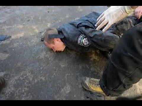 To politibetjente får tæsk