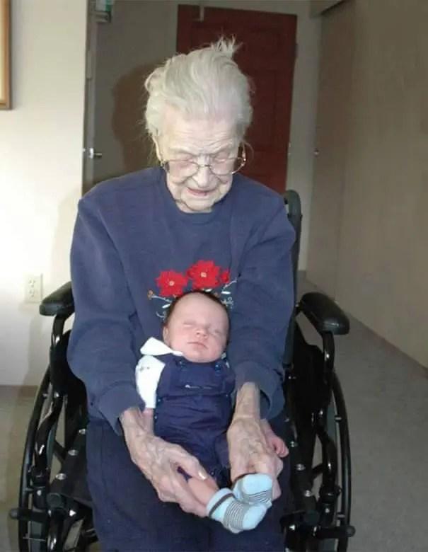 foto-tatarabuela-sostiene-nieto-112-años