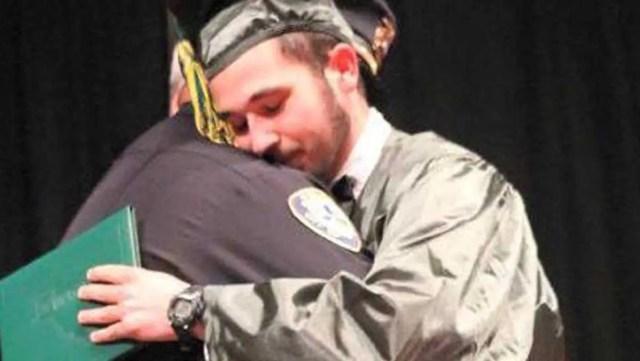 policia-acompana-a-joven-huerfano-a-su-graduacion1