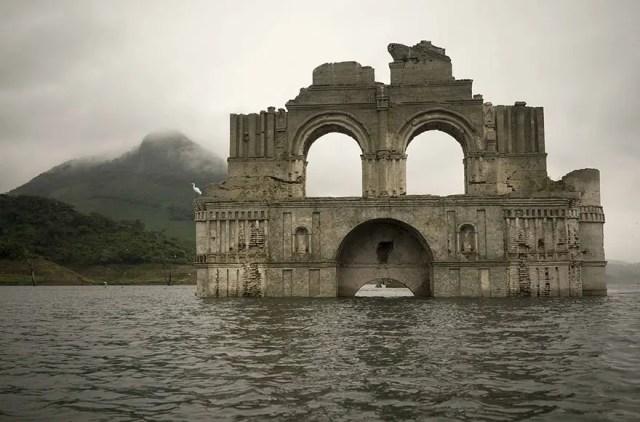 iglesia emerge de rio 1