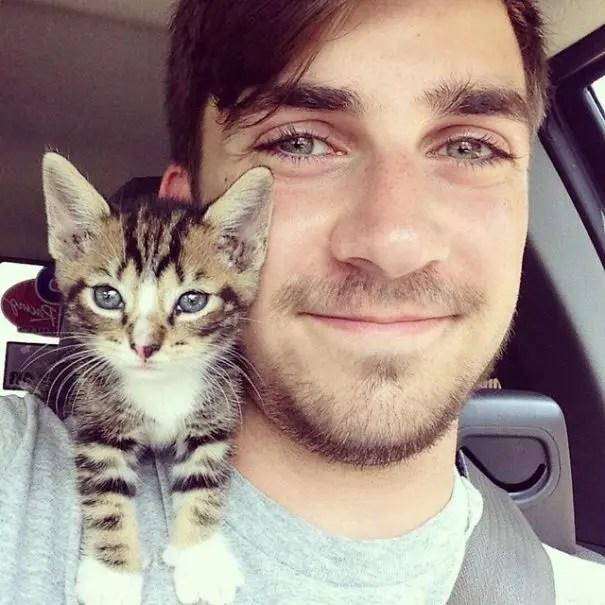 chicos bonitos con gatitos 4