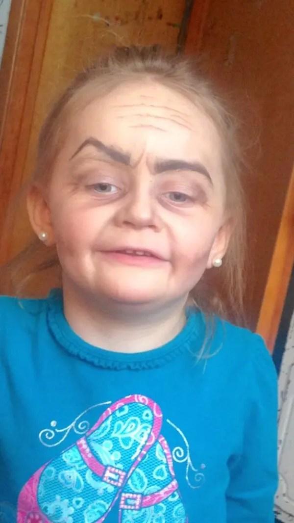 tia-maquillo-a-su-sobrina-de-tres-anos-como-una-anciana6