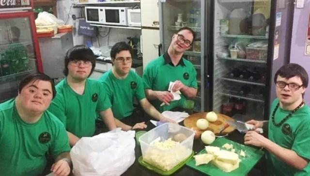 jovenes-sindrome-de-down-montan-pizzeria2
