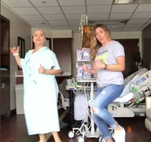 paciente-con-cancer-baila-con-su-amiga6