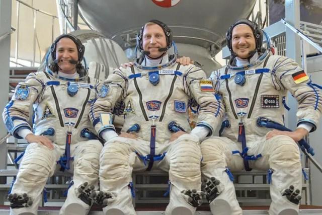 Astronauta practica a caminar