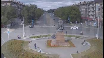 Bus drives straight throug roundabout