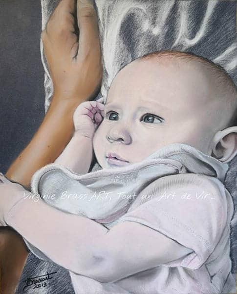 Portrait aux pastels secs d'un bébé avec la main de sa maman à côtéréalisé par l'artiste peintre Virginie Brassart