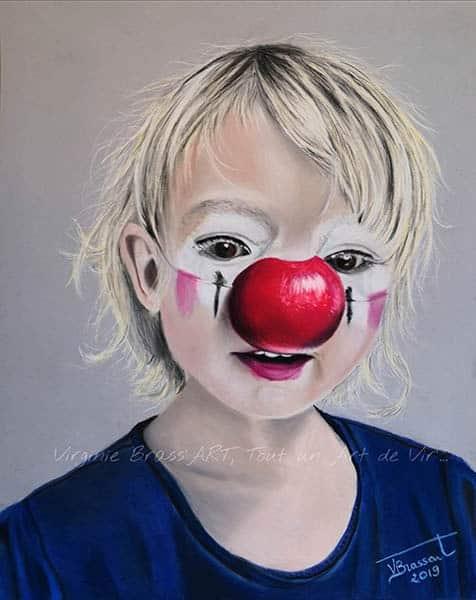 Portrait aux pastels secs d'une petite fille avec un nez et un maquillage de clown réalisé par l'artiste peintre Virginie Brassart