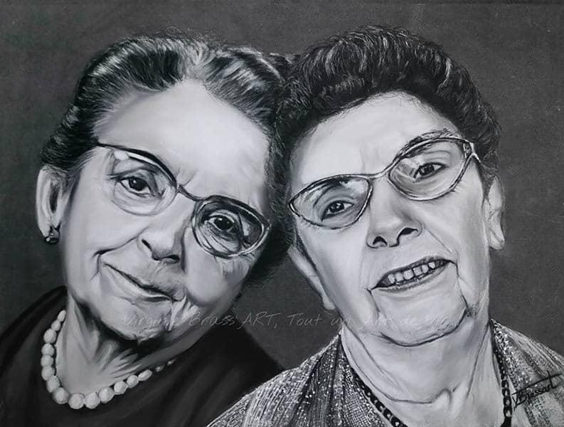 Portrait aux pastels secs en noir et blanc de 2 dames âgées, mère et fille, réalisé par l'artiste peintre et portraististe animalière Virginie Brassart