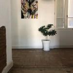 Tableau acrylique de zèbres mis en situation sur un grand mur blanc