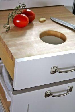 Raccolta differenziata dell'umido attraverso foro nel piano cucina
