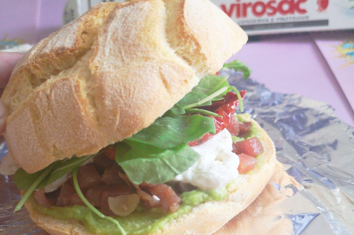 panino di mare con tartare di tonno burrata avocado pomodori secchi rucola preparazione ricetta ingredienti virosac magazine