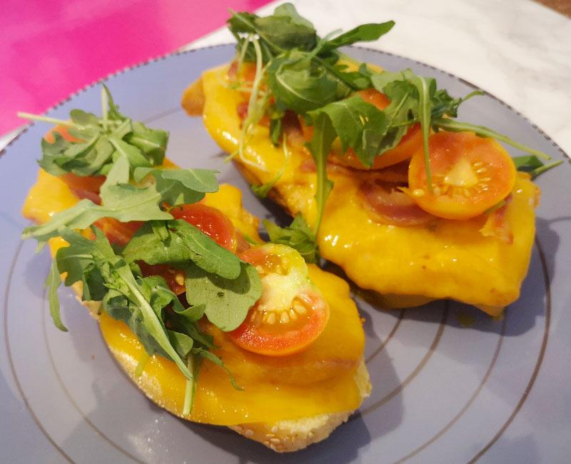 panino casereccio con cotoletta rucola cheddar pomodorini pancetta virosac magazine