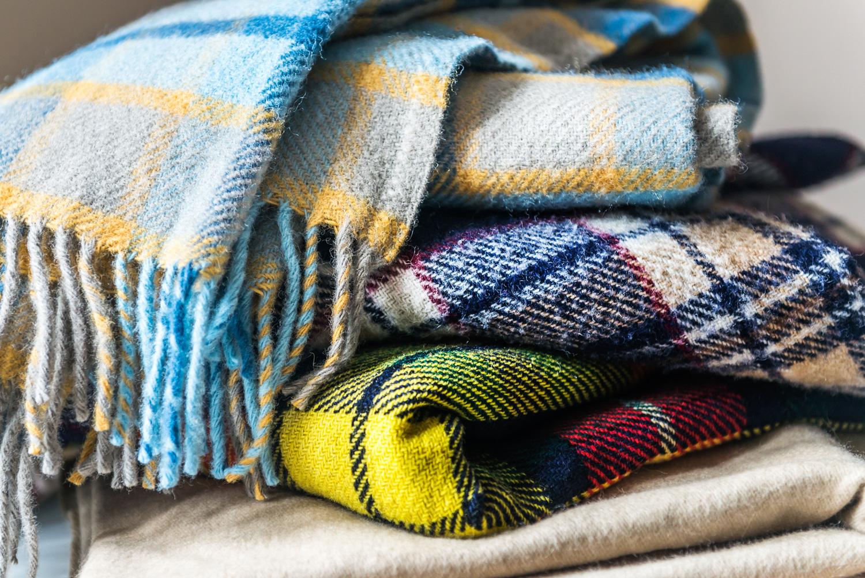 cambio stagione: come sistemare coperte, plaid e trapunte all'inizio dell'autunno - virosac magazine - consigli utili per la casa