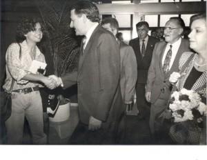 La foto es de Cándido Quesada. Se hizo el 12 de octubre de 1992 y stoy saludando a Rafafel Hernández Colón, gobernador de Puerto Rico, en presencia de los desaparecidos Pedro Lezcano (con bigote), Jesús Gómez, entonces presidente y vicepresidente del Cabildo, respectivamente. Esan eran mis pintas. Fue una época muy feliz en lo profesional.