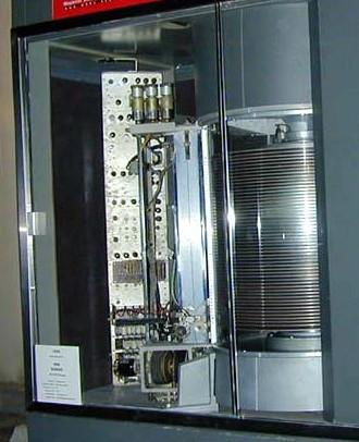 RAMAC, el primer disco duro de la historia, podía almacenar 5Mc (5 MegaCaracteres, aprox 5MBytes).