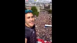 France : il escalade un immeuble pour arracher une banderole raciste (Vidéo)