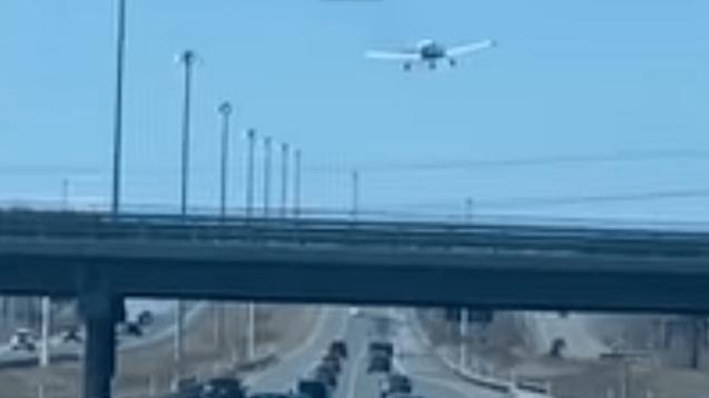 VIDÉO. Un avion atterrit en urgence sur une autoroute au Québec