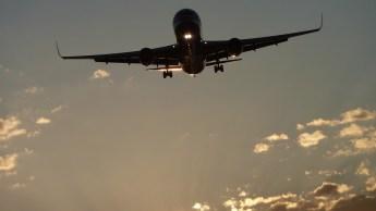Vidéo impressionnante d'un moteur d'avion en feu en plein vol