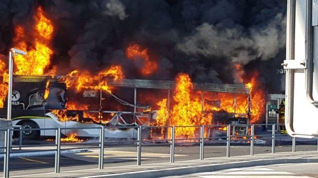 Incendie devant l'aéroport Paris-Orly : 300 personnes évacuées (Vidéo)
