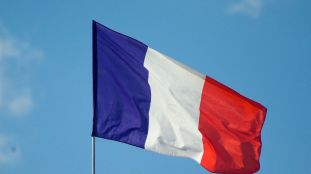 Le gouvernement français durcit sa politique migratoire (Le Monde)