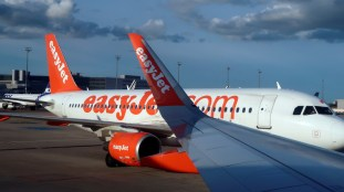 EasyJet reprend ses vols, refuse la distanciation sociale dans ses avions