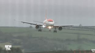 Vidéo. Un avion manœuvre pour atterrir en pleine tempête