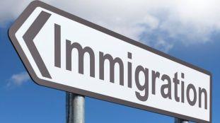 Visas, sans-papiers: l'immigration domine le débat en France