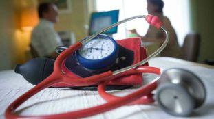 En France, les médecins étrangers en première ligne malgré un statut précaire (Vidéo)