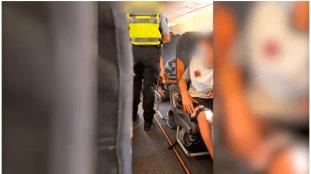Un passager déclenche une bagarre dans un avion à cause d'un masque – Vidéo