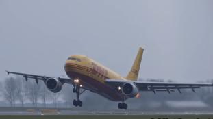 VIDÉO – Forte détonation et traînée de flammes au décollage d'un avion