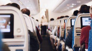 Panique en plein vol : il tente d'ouvrir la porte de l'avion (vidéo)