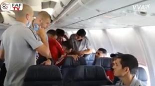 VIDÉO. Les Verts à bord de l'avion Air Algérie : prière, bonne humeur…