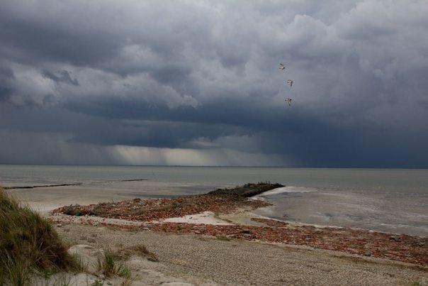 Donkere wolken op Rottumerplaat (foto: Doortje Dallmeijer)