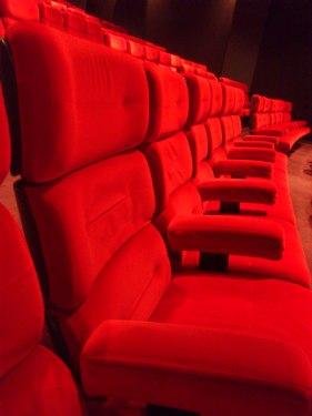 Rangée de fauteuils dans la salle 5 du Gaumont Marignan