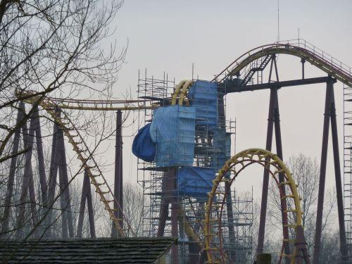 """Les Roms ont installé leur campement tout en haut du """"roller coaster""""."""