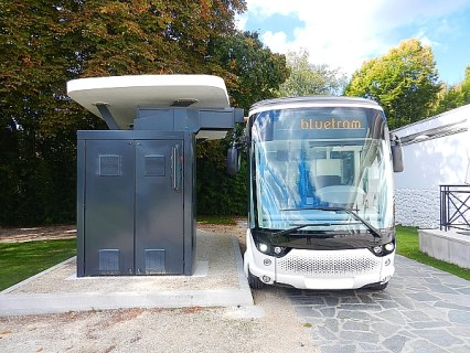 Le Bluetram en charge à la station. (photo promo Bolloré)