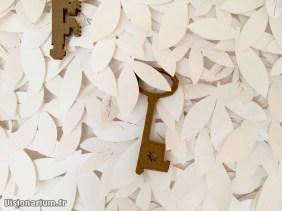 clé en bois sur le mur