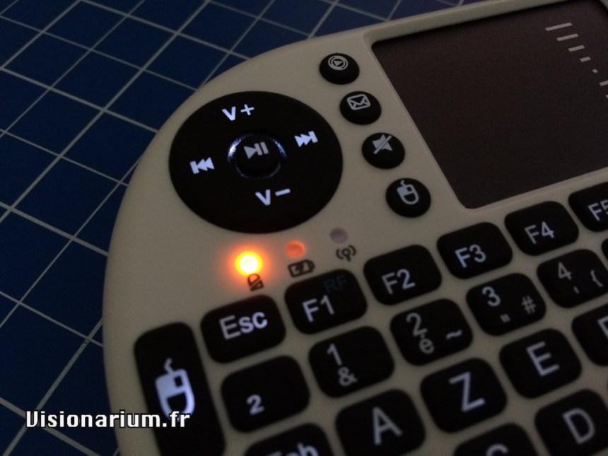 La LED orange clignote durant quelques secondes après avoir pressé une touche : elle indique que la batterie est bientôt vide.